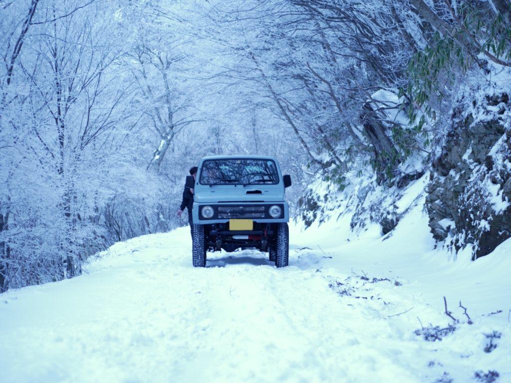 雪山を走るJA11ジムニー