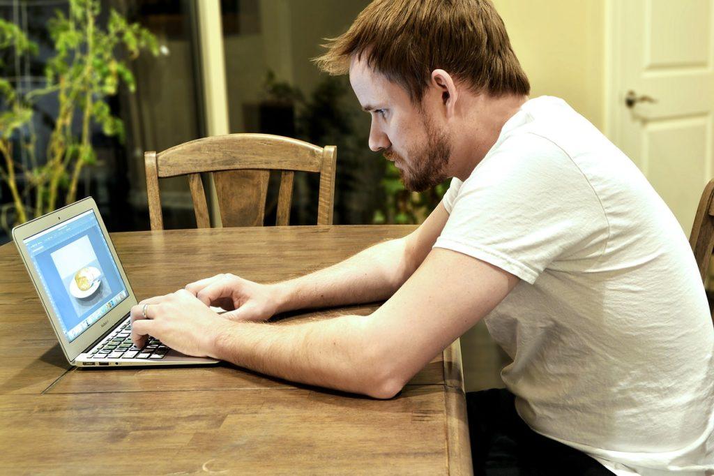 PCに集中する男性