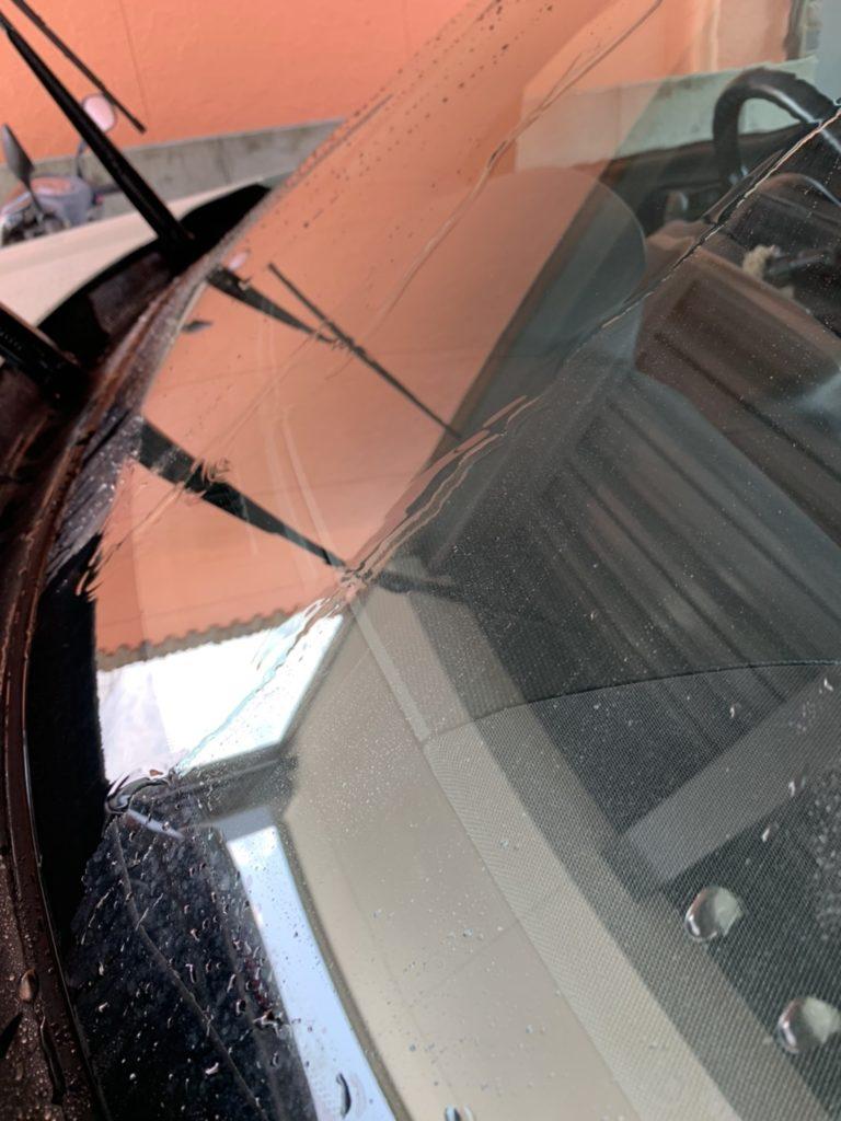 窓に付着した油膜と水アカ