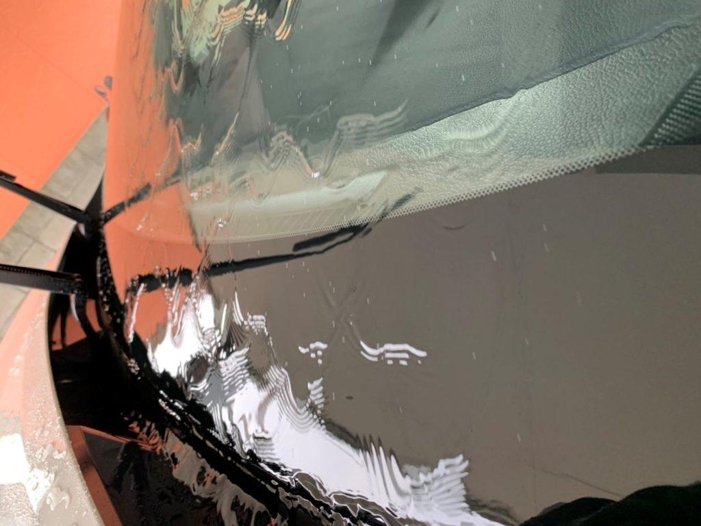 車の窓に付いた油膜